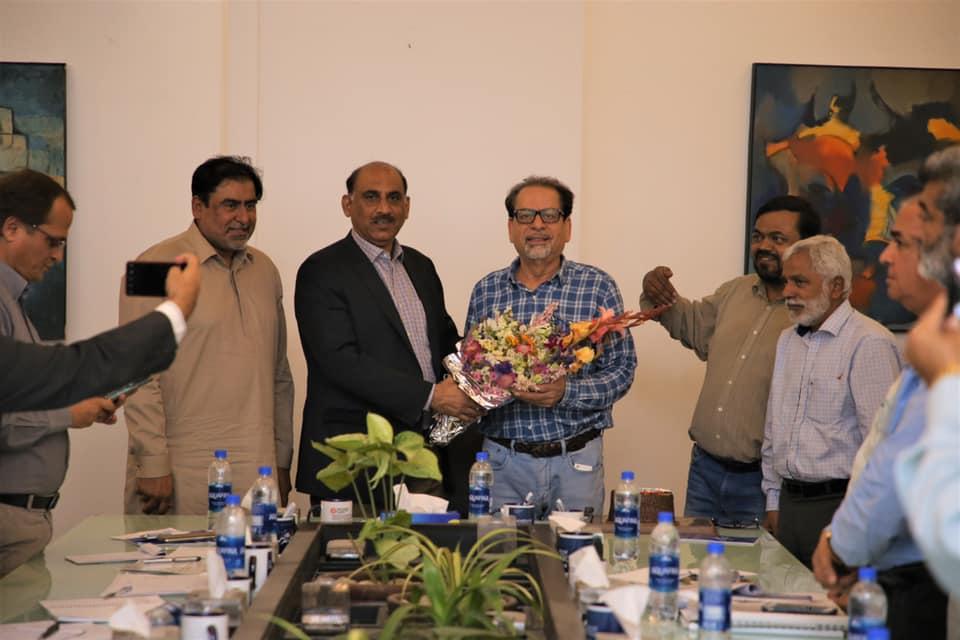 کراچی نیبر ھوڈ امپرومینٹ پروجیکٹ کہ ڈائریکٹر جناب عبدالکبیر قاضی پاکستان آرٹس کاؤنسل کراچی کہ صدر جناب احمد علی شاہ کو ستارہ امتیاز ملنے پر مبارکباد پیش کرتے ہیں۔