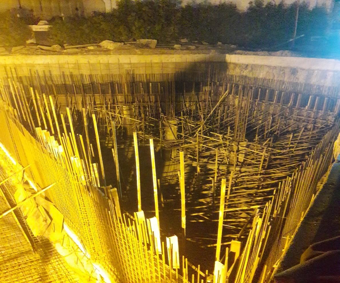 انڈرگراؤنڈ پارکنگ پلازا کی 1 لیول پر پانی کی ٹینکی کی دیواروں کا کام جاری ہے۔