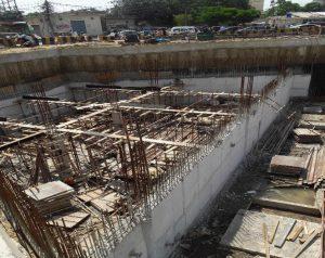 انڈرگراؤنڈ پارکنگ پلازا پر پانی کی ٹنکی کے سلیب اور قریبی دیواریں بنائی جارہی ہیں۔