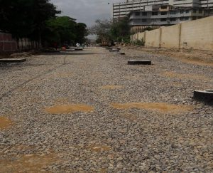 مولانا دین محمد وفائی روڈ پر سائیڈ وں سے سئو میٹر تک پتھر  بچھائے  جارہا ہے۔